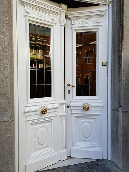 Pose de portes et de châssis en bois, PVC et aluminium