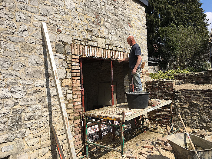 Pose de dalles en béton, poutrains, claveaux, démontage de toitures à Liège