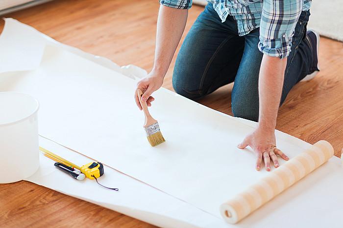 Pose de papiers peints et de tapisseries